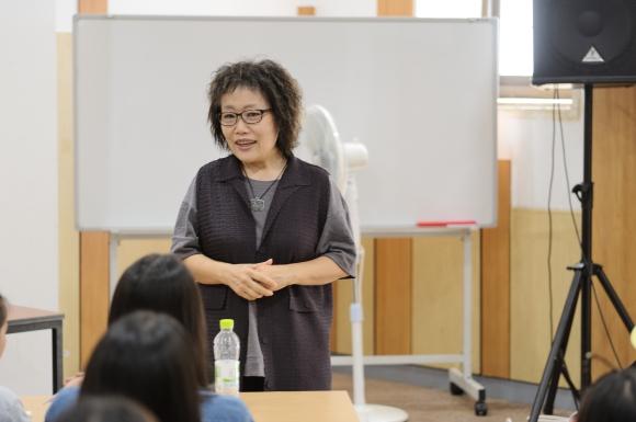 지동벽화마을 이야기를 전해 주는 유순혜 교수