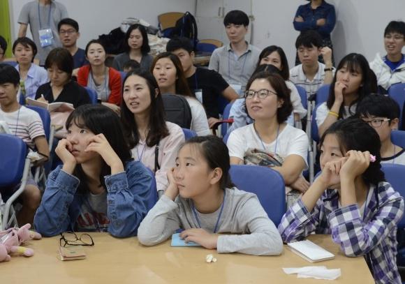 유순혜 교수의 이야기를 경청하는 참석자들