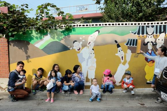 흥부와 놀부 벽화 앞에서 흥부의 자식을 표현해보는 아이들