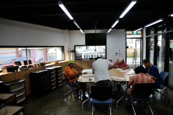 창룡마을창작센터의 공방에서 작업 중인 주민들