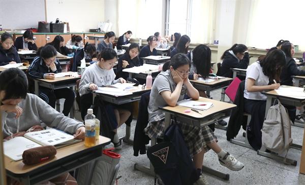 9월 고1, 2 전국연합학력평가 및 고3 대학수학능력시험 9월 모의평가가 실시된 1일 오전 서울 서초구 반포고등학교에서 고3 학생들이 시험이 시작되기를 기다리고 있다.