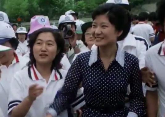 <뉴스타파>가 공개한 최순실씨과 박근혜 대통령의 과거 영상. 1979년 6월10일 제1회 새마음 제전 당시의 모습이다. 박근혜 대통령은 새마음봉사단 총재였고, 최순실씨는 새마음대학생총연합회 회장이었다.