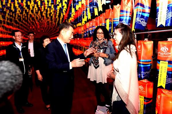 진주남강유등축제가 1일 개막한 가운데, 이창희 진주시장이 소망등에서 관람객들과 인사를 나누고 있다.