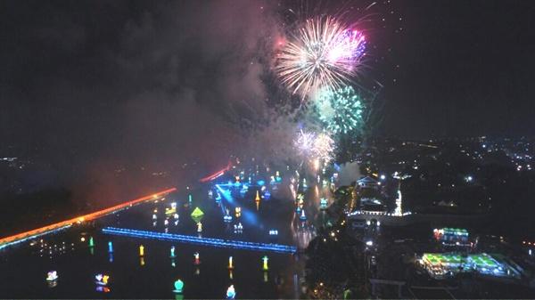 1일 개막한 진주남강유등축제의 불꽃놀이.