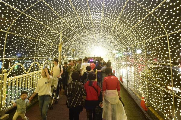 진주남강유등축제의 앵두등 터널.