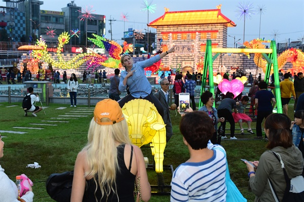 1일 개막한 진주남강유등축제의 중국 시안등.