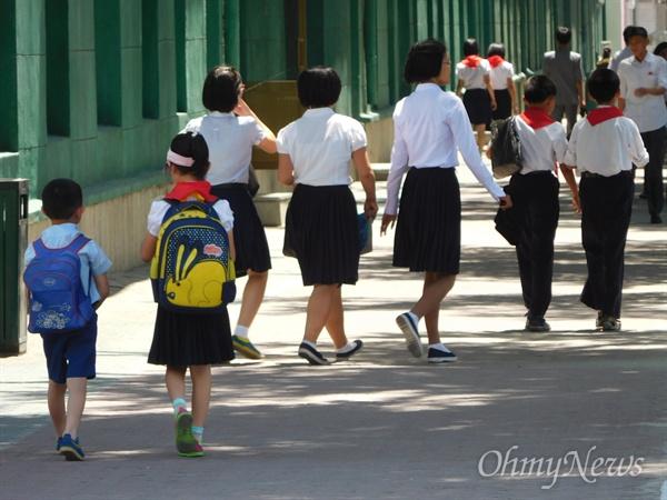 길거리의 북한 아이들. 북한 엄마들이라고 해서 취향이 특별히 다른 건 아닌 듯하다.
