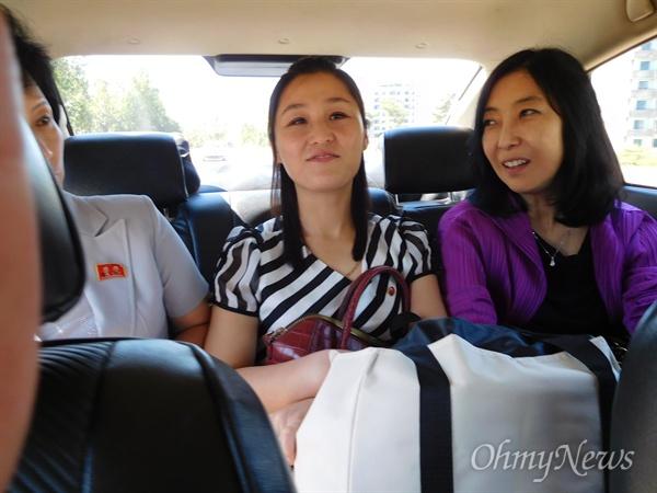 평양 순안공항으로 가는 차 안에서. 가운데가 첫째 수양딸 김설경.