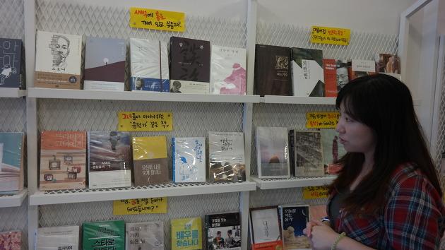 서가를 직접 소개하는 책방지기 오승희씨의 모습. 그녀는 특히 황경신 작가의 책을 좋아한다고 했다. 별도로 황경신 작가의 코너가 서점 한 켠에 마련되어 있을 정도였다.