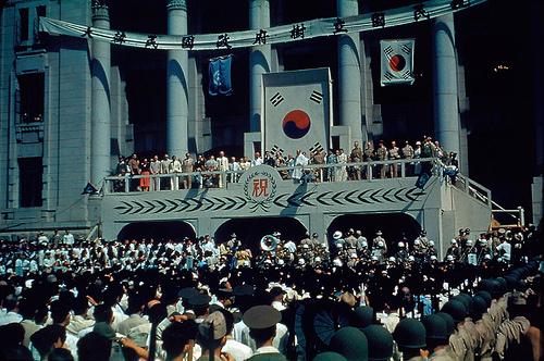 1948년 8월 15일 조선총독부 앞에서 열린 '대한민국 정부수립 국민 축하식'