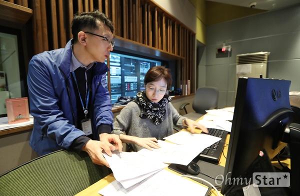 MBC 표준FM의 <여성시대 양희은, 서경석입니다>의 박정욱 PD(왼쪽)와 제작진들이 7일 오전 서울 상암동 MBC사옥에서 생방송을 제작하고 있다.