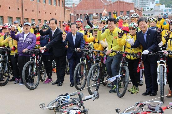 제천의병제 자전거 순례단이 서대문형무소에서 출정식을 하고 있다.