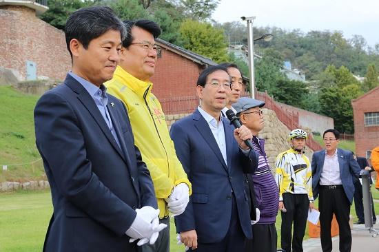 박원순 서울시장이 자전거순례단에 인사말을 하고 있다.