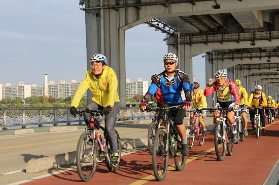 이근규 제천시장을 선두로 자전거 순례단이 잠수교를 지나고 있다.