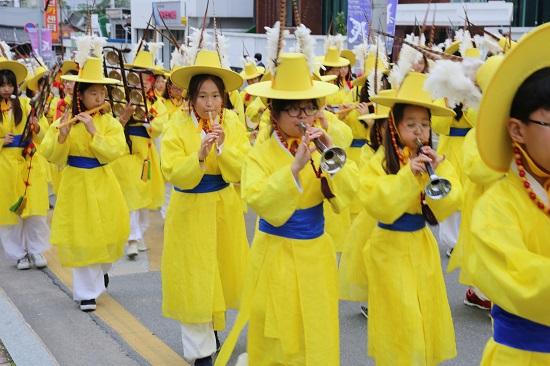제천의병 거리 퍼레이드에 참여한 초등학생들.