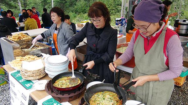 잔치마당을 찾아올 사람들을 위해 먹거리를 준비하고 있는 사람들