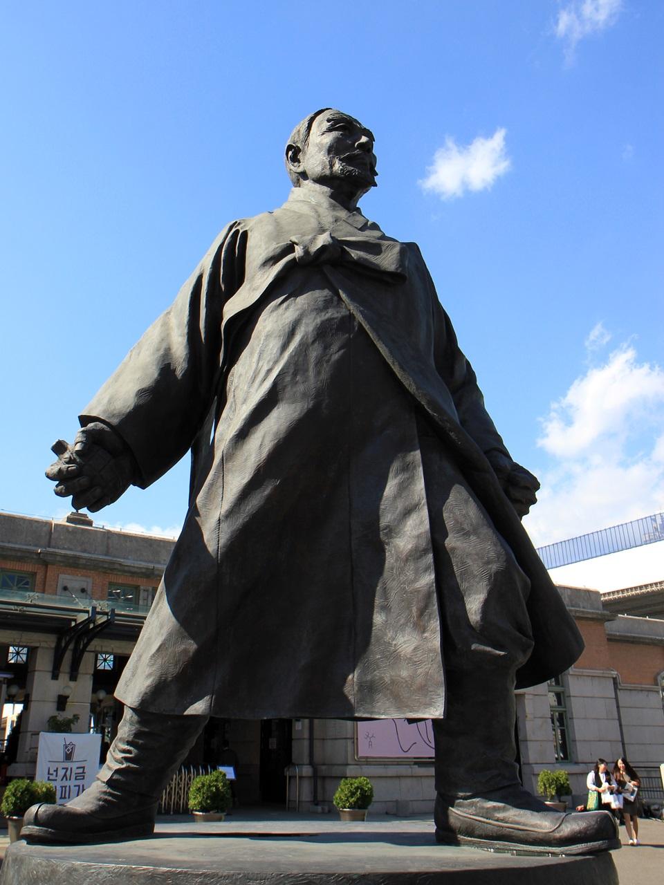 서울역 앞에 세워진 강우규 전도사의 동상