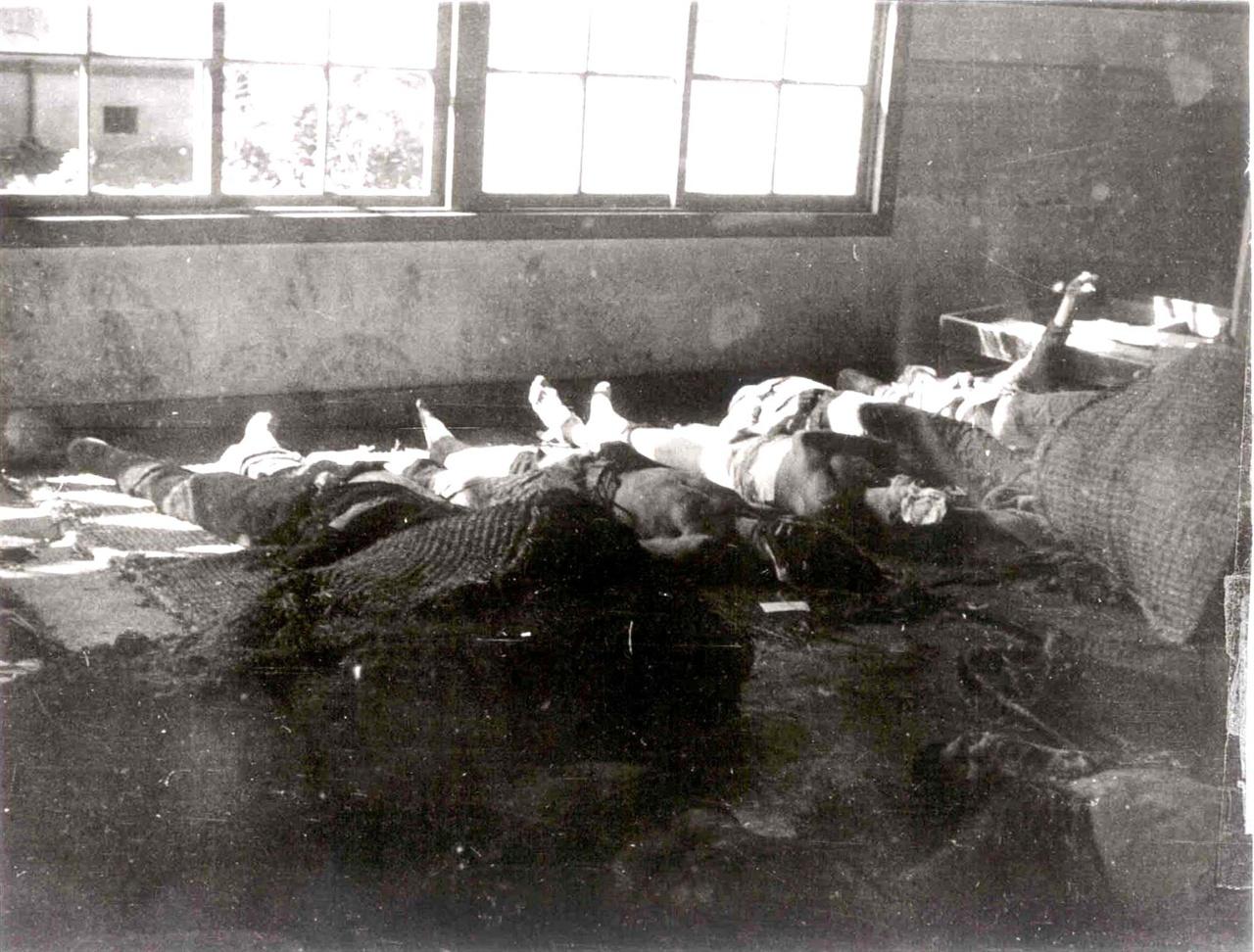 1946년 10월 2일 대구 항쟁 당시 피살자 사진. 10월2일 대구역 발포로 사망한 피살자 중에는 남성 노동자가 다수를 차지한다. 노동조합원이 아닌 미조직 대중도 상당수 있는 것으로 저자는 분석했다. 책에는 미국 국립문서기록 관리청이 보관중인 대구 항쟁 피살자 사진과 진실화해위원회가 발굴한 1960년 대구 달서구 본리동 유해 발굴 현장 사진 등 당시 잔혹한 학살현장 사진이 여럿 실렸다. ⓒ 미국 국립문서기록 관리청