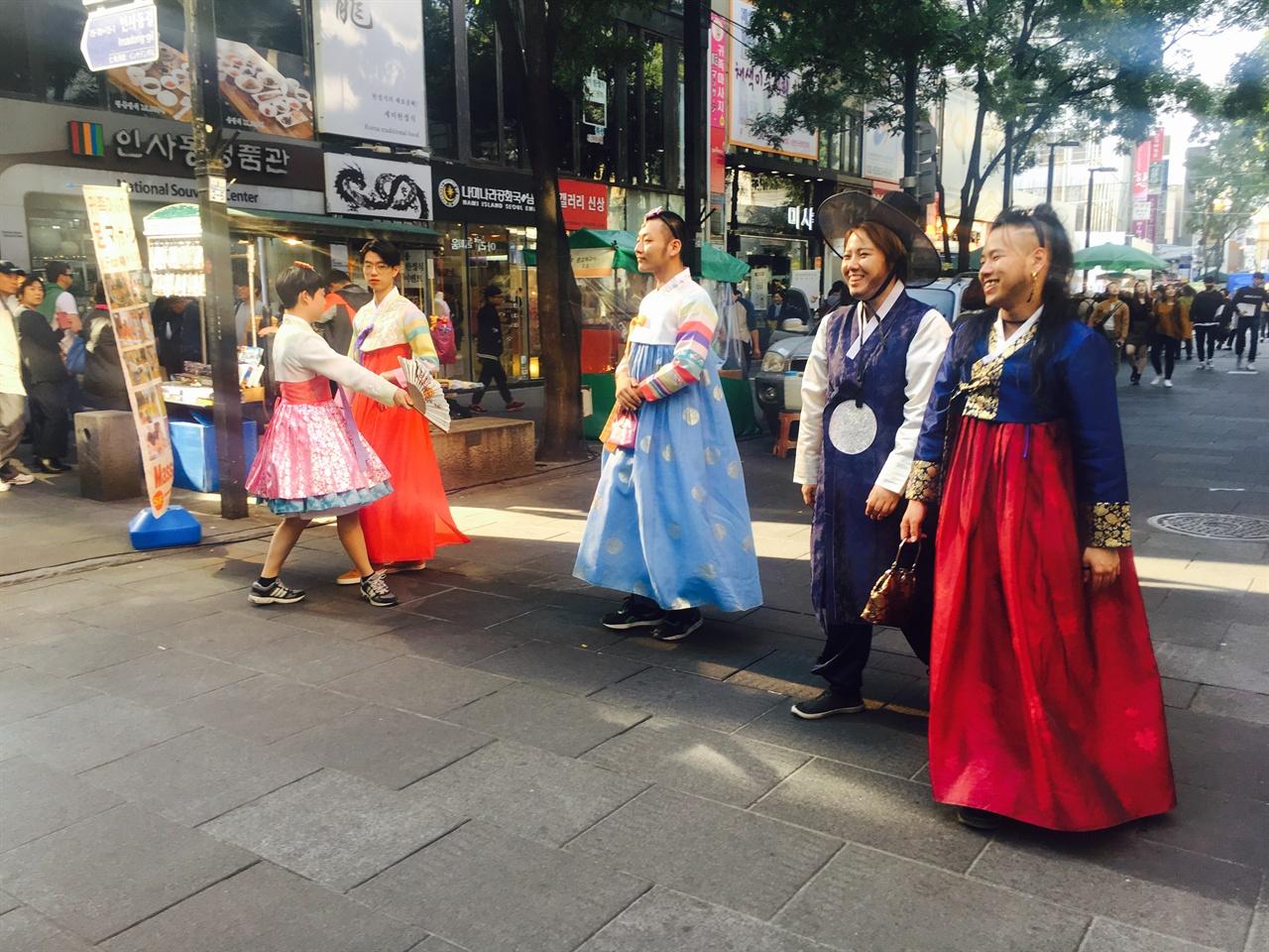인사동 거리를 걷고 있는 참가자들