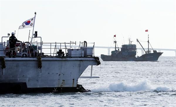백령도 인근 해상에서 불법조업을 하다가 해경에 나포된 중국어선이 12일 오후 인천시 중구 인천해양경비안전서 전용부두로 들어오고 있다. 이날 해경은 불법조업 중국어선 2척(106t급)을 나포했으며 이들 어선에는 까나리와 잡어 등 어획물 60t이 실려 있었다. 2016.10.12