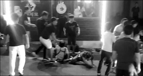 제주를 찾은 중국인 관광객이 식당 주인과 손님을 폭행하는 장면