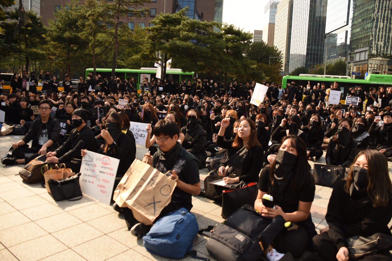 보신각 앞에서 시민들이 낙태죄 반대 검은 시위를 벌이고 있다