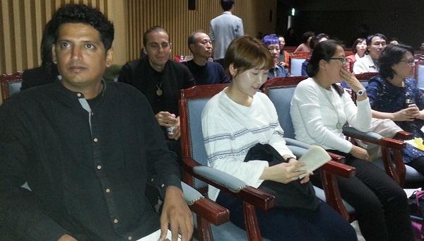 참석자 오로빌 공동체 강연을 듣기 위해 온 참석자들이다.