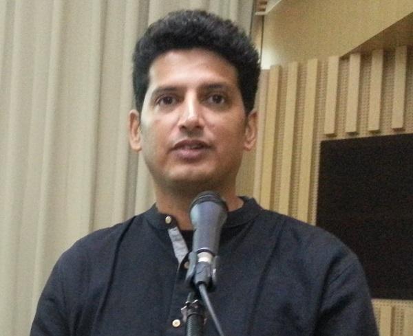 가네쉬  생태건축가 가네쉬 생태건축가가 생태건축에 대해 설명을 하고 있다.