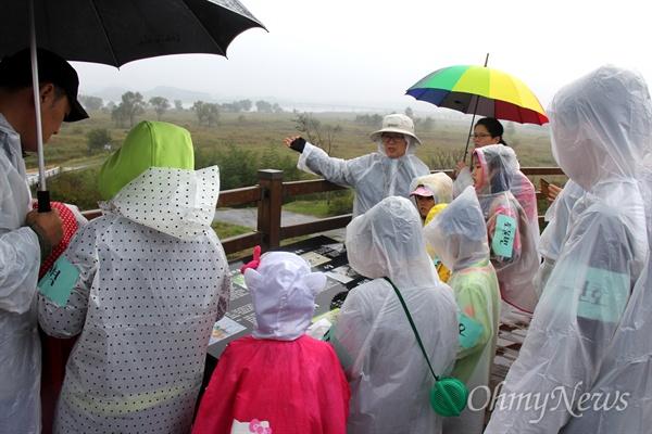 16일 오후 창녕 도천면 송진리 낙동강에서 열린 '생물다양성 증진을 위한 낙동강 생물시민대탐사' 행사에서 참석자들이 낙동강을 살펴보고 있다.