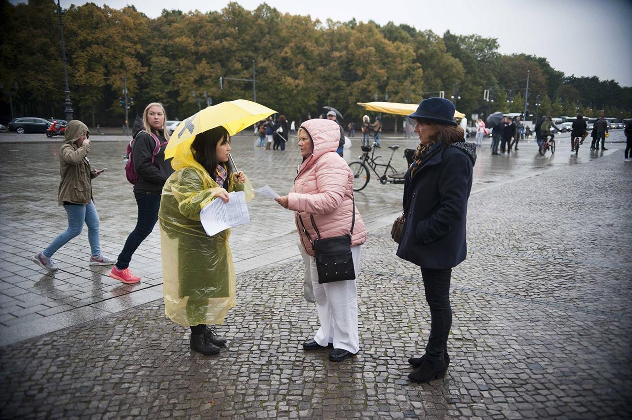 베를린 백남기 분향소 외국관광객들이 백남기농민에 대한 인쇄물을 보며 질문하는 모습