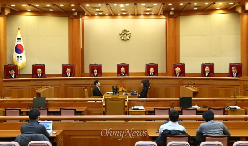 간통죄 선고 앞 둔 헌법재판관들 2015년 2월 26일 서울 종로구 헌법재판소 대심판정에 박한철 헌법재판소장과 헌법재판관들이 착석 간통죄 위헌법률심판 선고를 앞 두고 있다.