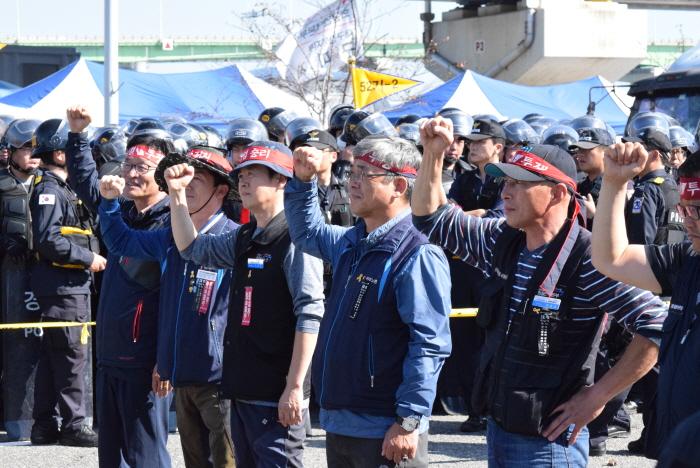 """""""물류를 멈춰 세상을 바꾸자"""" 영남권 노동자들과 부산 시민사회가 함께 해 화물 노동자들의 파업에 힘을 실어 주었다."""