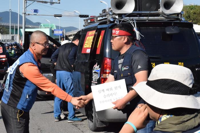 부산지하철 노동조합에서 투쟁기금을 전달했다.