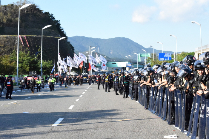 행진 후 신항 삼거리로 돌아오는 파업 대오 경찰은 형사 34개 팀과 49개 중대, 약 4천여명을 부산신항에 투입했다.