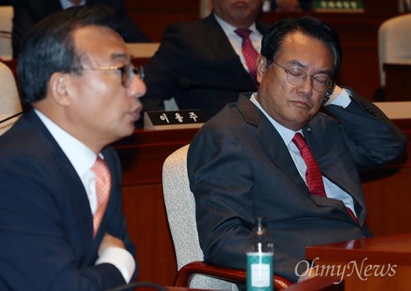 새누리당 이정현 대표와 정진석 원내대표가 18일 오전 국회에서 열린 '송민순 회고록' 관련 긴급 의원총회에 참석하고 있다.