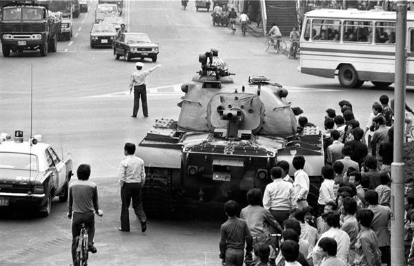 부마민주항쟁 당시 부산 시내에 등장한 탱크.
