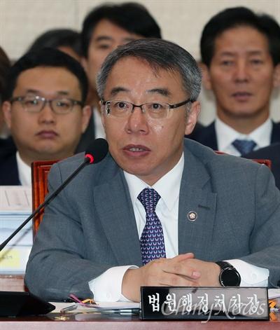 임종헌 법원행정처차장이 18일 국회에서 열린 법제사법위원회 국정감사에서 의원 질의에 답하고 있다.