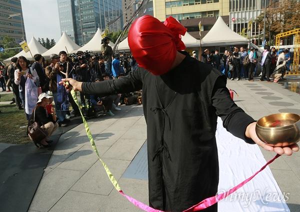 박근혜 정부의 시대상 표현하는 문화예술인 문화예술인들이 18일 오전 서울 종로구 광화문광장에서 열린 '우리 모두가 블랙리스트 예술가다' 문화예술 긴급행동 및 기자회견에 참석해 예술검열 반대와 블랙리스트 사태를 규탄하는 퍼포먼스를 벌이고 있다