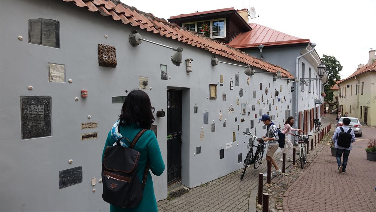 문학인의 골목 유명 문학 예술인들을 소개하는 동판이나 조각 등을 벽면에 전시하고 있는 골목인데, 그 전시물들이 개성적이면서도 예술적이어서 눈길을 뗄 수 없게 만든다.