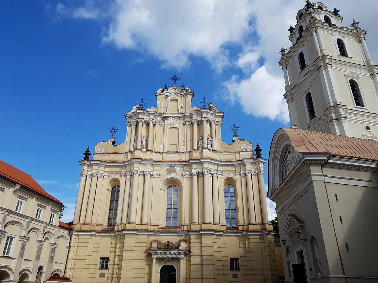 빌뉴스 대학교  정면에 보이는 건물이 교내에 있는 성 요한 성당이다.