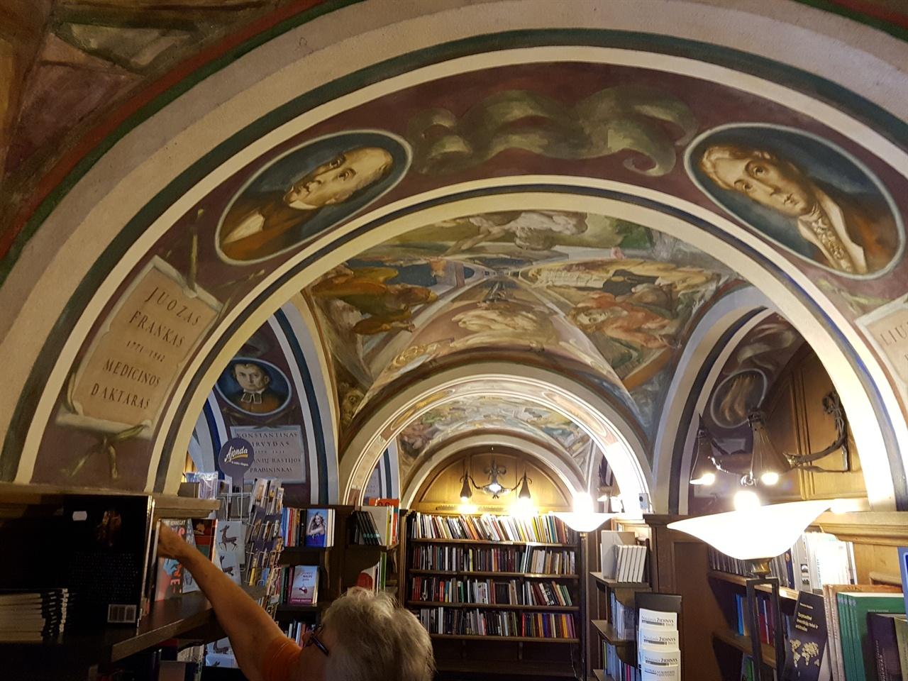 빌뉴스 대학교 구내서점 천정과 벽면 전체가 그림으로 뒤덮여 있다.