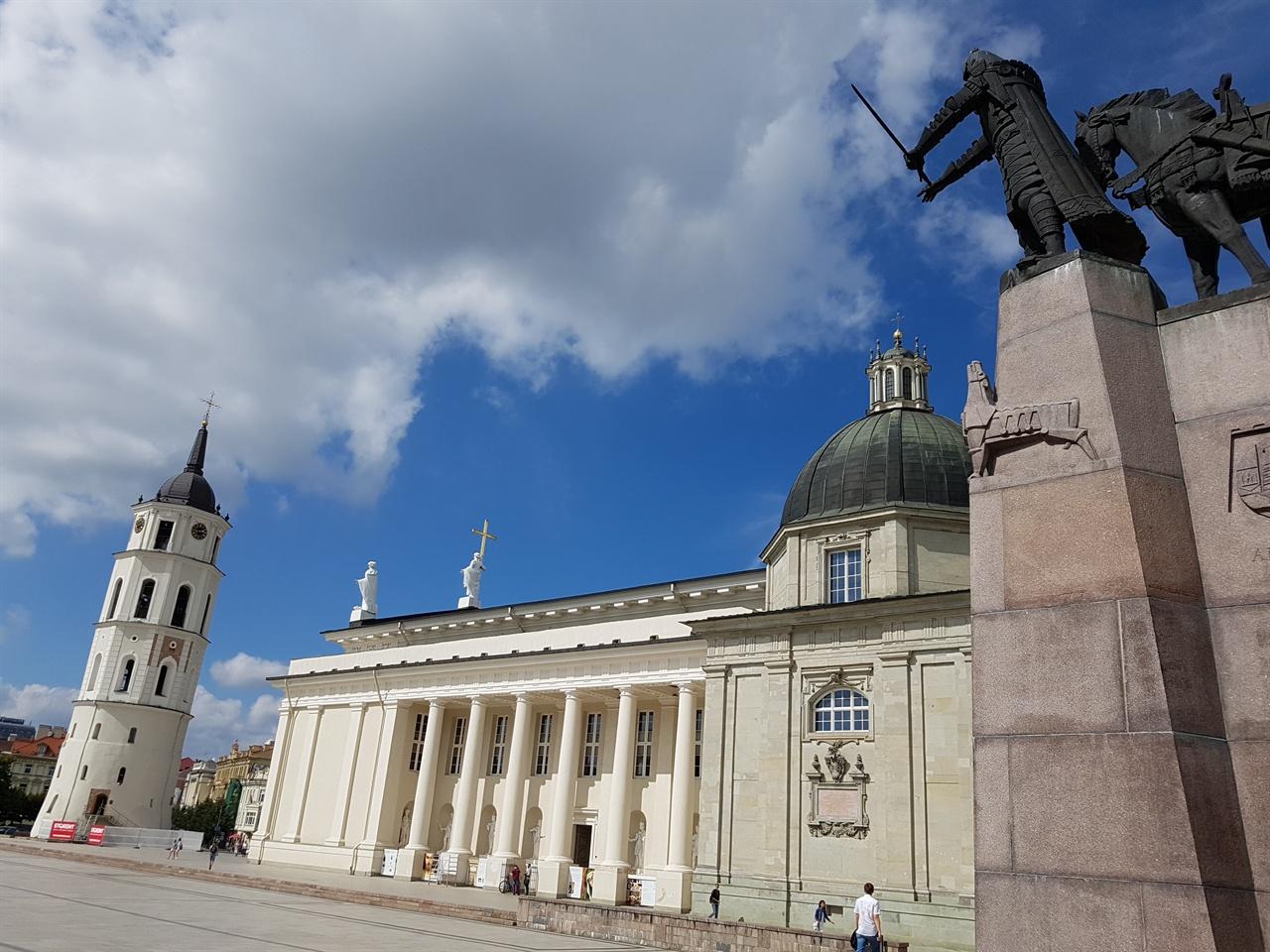 빌뉴스 대성당 성당 광장은 dlsrkstktmf '발트의 길(Baltic way)' 시작점이다.