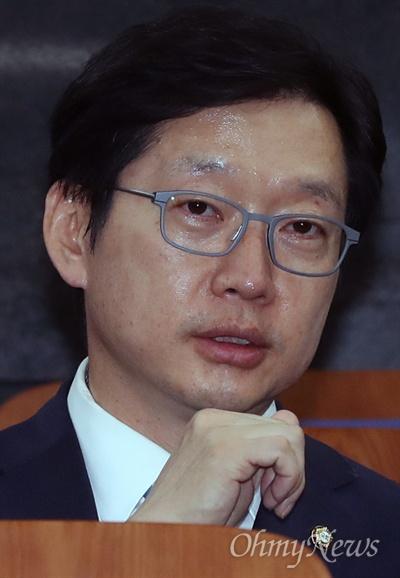 김경수 더불어민주당 의원이 18일 오후 국회에서 열린 긴급 의원총회에 참석하고 있다.