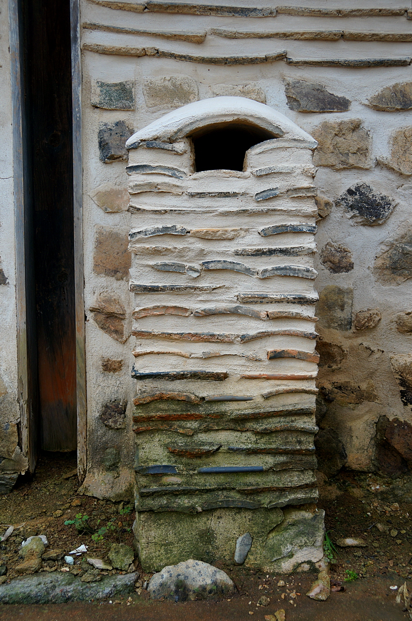 홍기응 가옥 대문채 굴뚝  화방벽면의 무늬와 굴뚝무늬가 같아 굴뚝은 숨은 듯이 보인다.