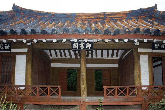 대문을 등진 채 뜰에서 가운데서 정면으로 바라본 어서각. 현판이 지붕 아래 한복판에 자랑스레 걸려 있다.