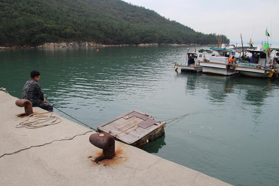 뗏목은 어부들이 방파제에서 배를 오가는데 사용하는 이동수단이다.