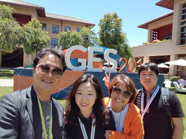 장대표(왼쪽 3번째)는 6월 23일부터 24일까지 미국 캘리포니아주 팰로앨토시 스탠퍼드대학에서 열린 '글로벌 기업가정신 서밋(GES 2016)에 김민석 스마트스터디 대표, 윤자영 스타일쉐어 대표와 함께 참가했다.