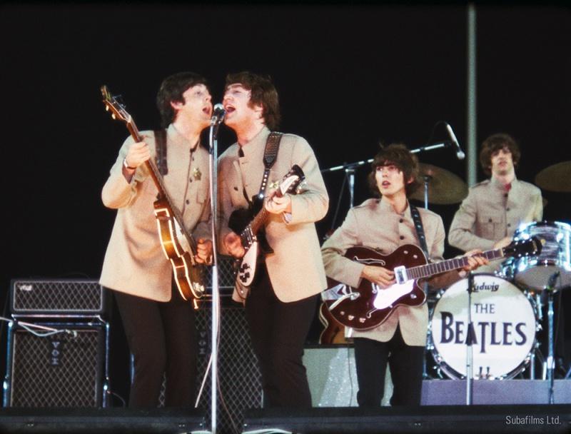 영화 <비틀스: 에잇 데이즈 어 위크>에 삽입된 비틀스의 공연 실황 사진. 이들의 무대는 늘 열정적인 팬덤과 함께 하며 활력이 넘쳐났다.