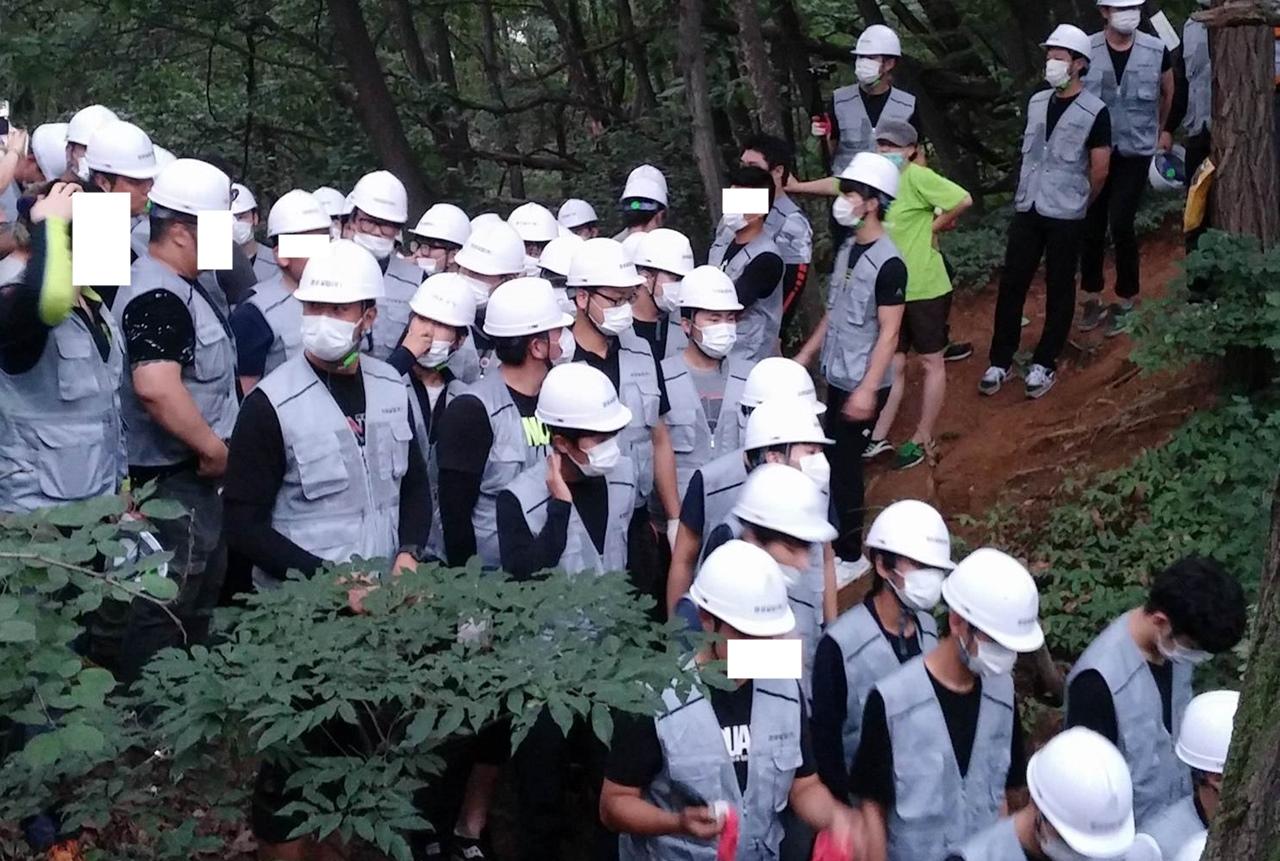 100명이 넘는 용역들이 지곡초등학교 앞 산을 벌목하기 위해 지난 2015년8월10일 새벽 밀려왔다.