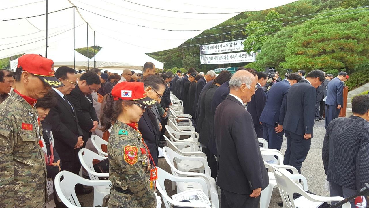 묵념하고 있는 추도식 참석자들.